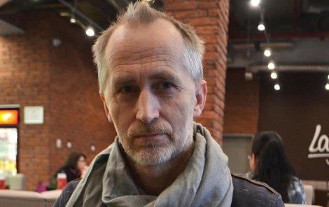 Pavel Blín je zmocněn jednat za ochrnutou partnerku na základě notářského zápisu. Pořídil si i Průkaz zmocněnce. Přesto některé poštovní zásilky nedostane.