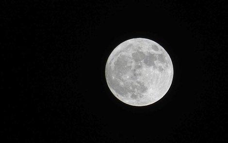Česko zažilo neobvyklou nebeskou podívanou, oblohu ozářil superměsíc.