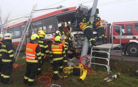 Hasiči vyprošťují z trolejbusu linky 31 ze Šlapanic do Brna zraněného řidiče.