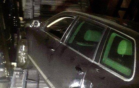 Do výtahové šachty parkovacího domu v Kopečné ulici 9 spadlo auto i s posádkou.