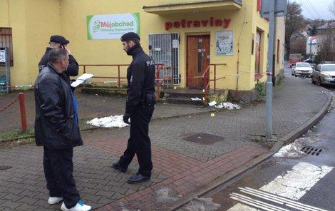 Policisté před obchodem, kde se vraždilo.