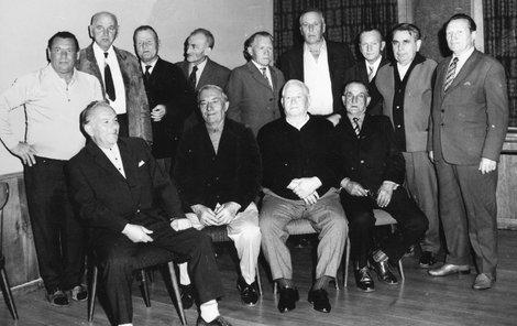 Vpředu z leva sedí otec herce Jiřího Pechy František. Nad ním druhý zleva stojí elegantně v kravatě ustrojený František Turecký.