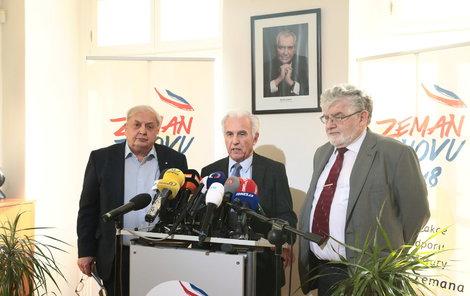Lékaři Petruželka (zleva), Kalaš a Holcát se včera dušovali, že je prezident v pořádku.