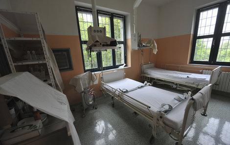 I takhle to vypadá na záchytce, nesmí chybět postel s řemeny.