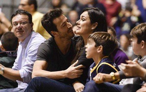 Něžnosti mezi Alenou Šeredovou a Alessandrem Nasim na basketbalovém zápase.