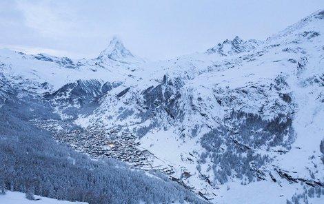 Nebezpečí lavin a přívaly sněhu ochromily železniční tratě i silnice v okolí švýcarského zimního střediska Zermatt .