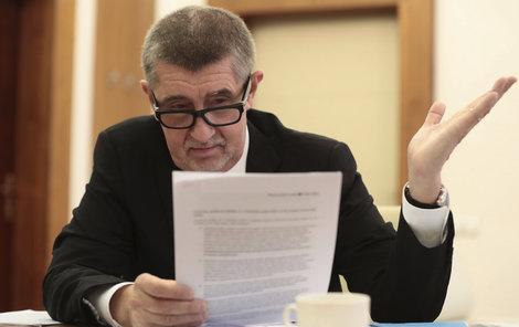 Premiér Andrej Babiš si čte prohlášení firmy Imoba.