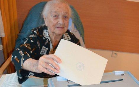 Nejstarší obyvatelka Hradce Králové Hedvika Trutnovská, které bude příští měsíc 106 let, odvolila včera po patnácté hodině.