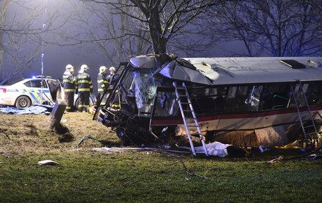 Autobus se s osobákem střetl před 16. hodinou.