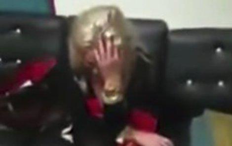 Překvapení a pak slzy: Celníci na videu tahají z Terezina kufru drogy, ona jen pláče