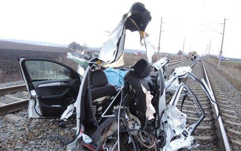 Auto bylo při srážce kompletně zničeno.