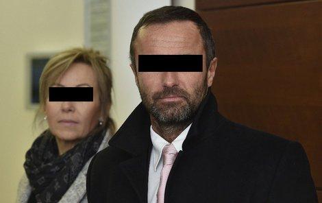 Luděk Nečesaný a jeho manželka Šárka přišli včera k libereckému krajskému soudu oba, Nečesaná však vypovídat odmítla.