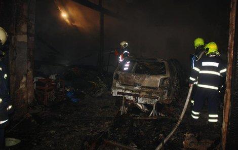 Po uhašení plamenů objevili lidské ostatky.