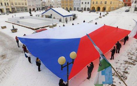 Vlajka zaplnila kus pelhřimovského náměstí.