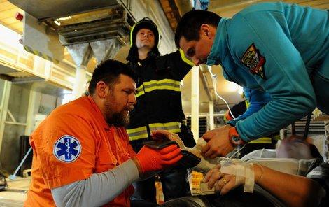 Pak se zraněné ujali zdravotníci ze záchranky.