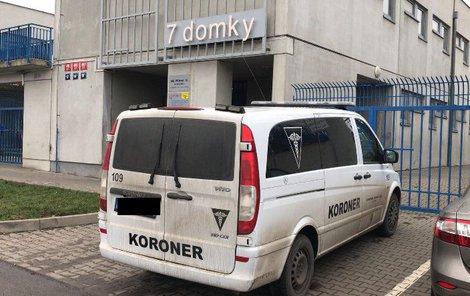 Dvě lidská těla bez námek života našli lidé včera ráno na pražské ubytovně v ulici Za Sedmidomky.