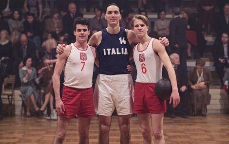 Silná trojka – Filip Březina, hráč NBA Jiří Welsch (tady hraje Itala) a Zdeněk Piškula