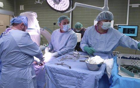 Tým specialistů vedený přednostou Martinem Repkem (uprostřed) operuje prvního pacienta novou metodou.