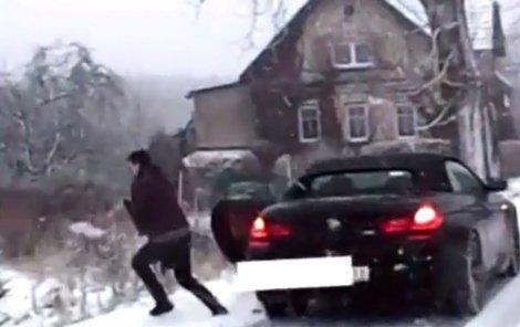 Zdrogovaný řidič ujížděl v kradeném BMW
