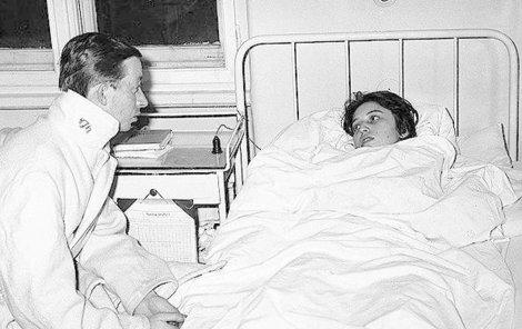 Zraněná Zdenka Jakubcová s lékařem Marianem Konským v nemocnici v Ružomberku.