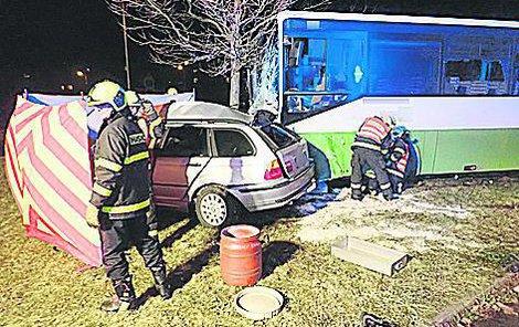Řidiči osobního vozidla už bohužel záchranáři nemohli pomoci.