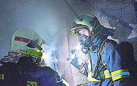 Po příčinách požáru pátrají hasiči s kriminalisty.