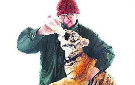 Návštěvníci mohou malou tygřici i nakrmit.