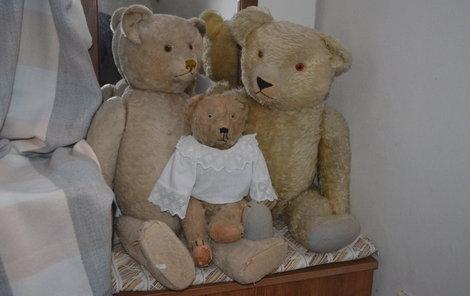 Rodinka prvorepublikových plyšových medvědů.