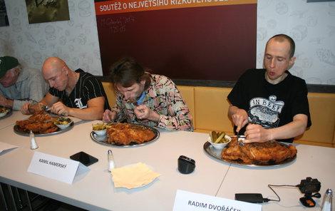 Sloní ucho do sebe dostali jen dva už zkušení jedlíci, Kamil Hamerský (vlevo) a Radim Dvořáček.