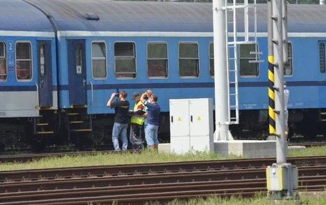 Kriminalističtí experti zkoumají po nehodě dveře vlaku.