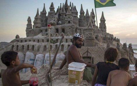 Král Marcio před svým hradem.