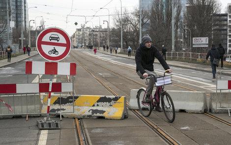 Libeňský most je pro auta zavřený.