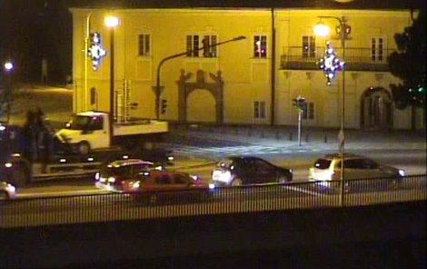 Takhle zachytily městské kamery podezřelý náklaďák ve Strakonicích.