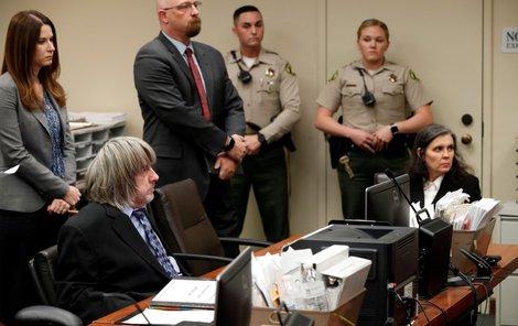 Šílení manželé David a Louise Turpinovi u soudu, který jim zakázal stýkat se s 13 dětmi, které dlouhé roky věznili a mučili.