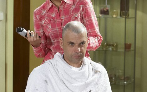 Emotivní byly pro Petra scény, kdy mu jeho seriálová dcera Naďa (Kateřina Pospíšilová) stříhá vlasy.Od téhle scény má herec pleš vlastní.