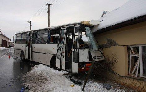Autobus skončil v rodinném domě.