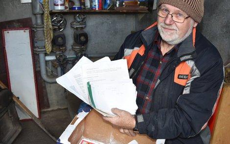 Soused Jaroslav Kluch ukazuje písemnosti, které po Vladimíru Š. zůstaly ve sklepě.