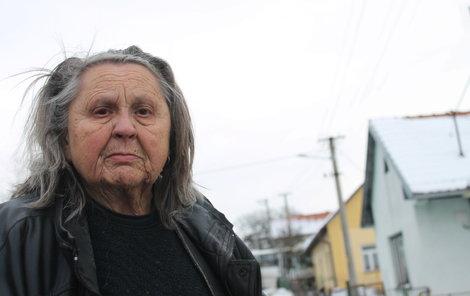 Zoufalá Vlastimila při pohledu na zničený dům.