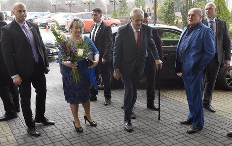 Miloš Zeman přichází do svého volebního štábu