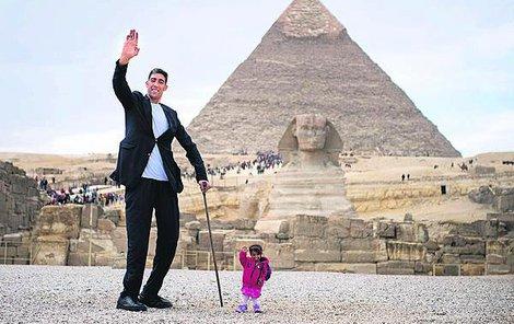 Turek Sultan a Indka Jyoti u pyramidy v Gíze.