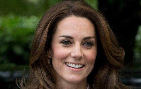 Kate si na rodinnou slavnost vzala šaty značky Zara, které zakoupíte i v Česku.