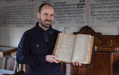 Vratislav Brázdil ukazuje nový poklad Šachovy knihovny z roku 1677.
