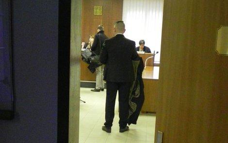 Elitní voják Dušan F. se kvůli psychickým problémům po zahájení procesu omluvil a odešel.