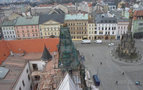 Řemeslníci včera začali rozebírat centrální věžičku na severní straně historické budovy.