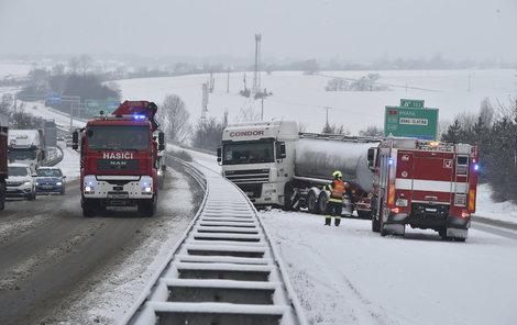 Řidiči by se měli připravit na »zimní« podmínky. Na silnicích to bude klouzat.