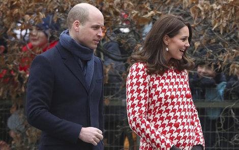 2018 Těhotná Kate v červeno-bílém kabátku jen zářila.