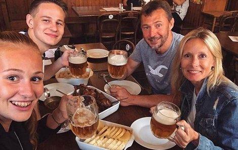 Kateřina (vlevo), dcera legendárního fotbalového gólmana Sparty a reprezentace Petra Kouby (49), bojuje o přežití.