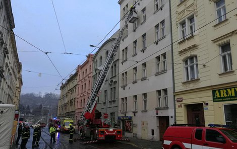Žena bydlí v pražské ulici Na Zámecké.