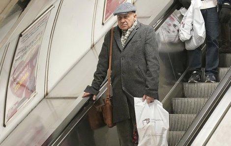 Mládek sjíždí s velmi zachmuřeným výrazem do metra.