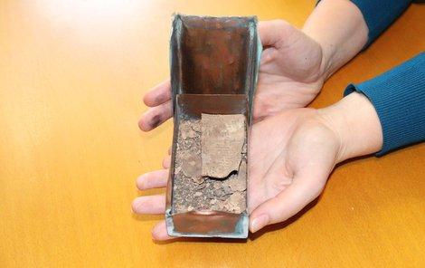 Jediným nerozpadlým artefaktem byl novinový výstřižek s fotografií pomníku popraveným námořníkům v černohorské boce Kotorské.